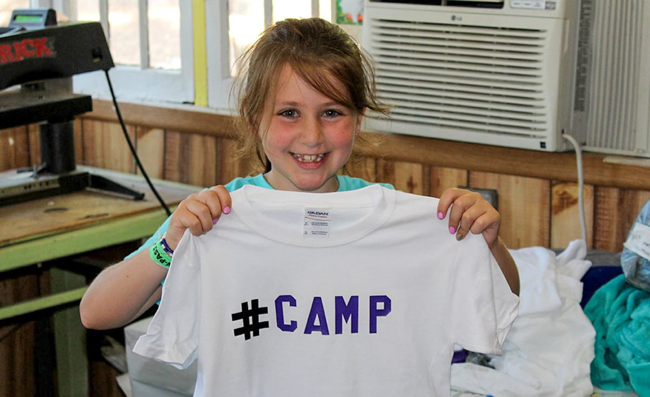 Camper decorating t-shirts during Rookie Days